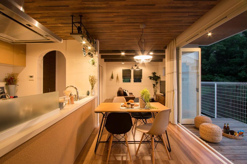 ラスティックなアトリエカフェの家